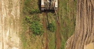 Militaire Tank in Beweging op een Terrein van de Vuilgrond stock videobeelden