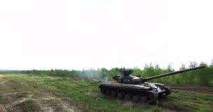 Militaire Tank in Beweging op een Terrein van de Vuilgrond stock footage