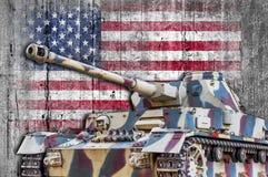 Militaire tank met de concrete vlag van Verenigde Staten royalty-vrije stock foto's
