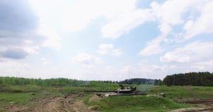 Militaire tankspruiten op het doel stock footage