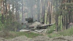 Militaire tankspruiten op het doel stock video