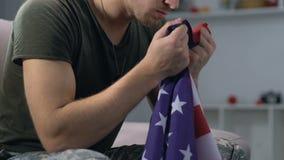 Militaire tenant le drapeau national dans des mains, symbole patriotique, Jour de la Déclaration d'Indépendance banque de vidéos