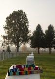 Militaire Toekenningslinten op Veteran& x27; s Grafsteen Royalty-vrije Stock Afbeelding
