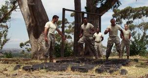 Militaire troepen die over banden tijdens hindernis 4k lopen stock videobeelden