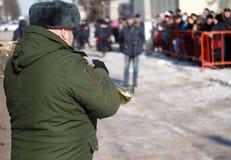 Militaire trompetter bij de parade De winter royalty-vrije stock afbeeldingen