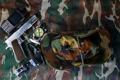 Militaire uitrusting op camouflage netto achtergrond Stock Afbeeldingen