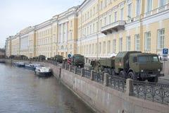 Militaire uitrusting op dijk van de rivier Moika in de vroege ochtend vóór de repetitie van parade ter ere van Victory Day sa Royalty-vrije Stock Foto's