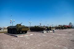 Militaire uitrusting op het monument ter ere van het geheugen van de oorlog, de tanks en de groene kanonnen op een duidelijke de  royalty-vrije stock foto