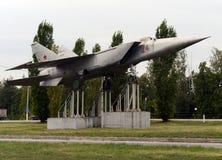 Militaire vliegtuigen mig-25 op het voetstuk in de stad van Yelets Stock Afbeelding