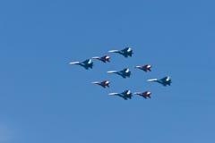 Militaire vliegtuigen in viering van 9 Mei Royalty-vrije Stock Afbeelding
