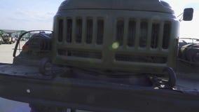 Militaire vrachtwagenvoorzijde Radiator en koplampen Russisch leger stock footage