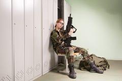 Militaire vrouw bij kleedkamer stock foto
