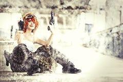 Militaire vrouwenmilitair met kanon bij oorlog Het zitten met regen Stock Foto's
