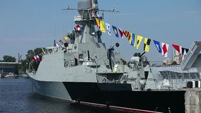 Militaire zeevlaggen op een oorlogsschip stock video