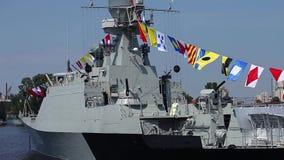 Militaire zeevlaggen op een oorlogsschip stock footage