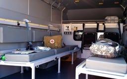 Militaire ziekenwagen binnen De uitrusting van de eerste hulp stock afbeelding