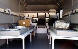 Militaire ziekenwagen binnen De uitrusting van de eerste hulp Stock Foto