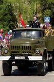 Militaire zil-131 met de actoren in de vorm van de Grote Patriottische Oorlog stock afbeelding
