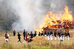 Militairen bij het branden van huis Royalty-vrije Stock Foto's