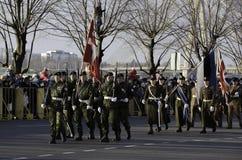 Militairen bij militar parade in Letland Stock Foto