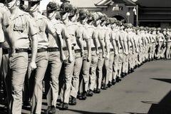 Militairen die in Anzac Day Parade marcheren Stock Foto