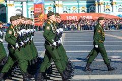 Militairen die bij een militaire parade marcheren het jaar Rusland van 2018, kan stock afbeelding