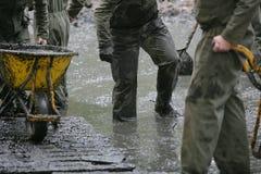 Militairen die in de modder werken Stock Afbeelding