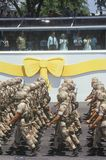 Militairen die door President Bush marcheren Stock Foto's