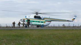 Militairen die een militaire helikopter inschepen stock videobeelden