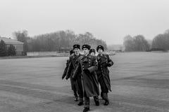 Militairen die en hulde aan oorlogsgedenkteken marcheren betalen stock afbeelding
