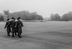 Militairen die en hulde aan oorlogsgedenkteken marcheren betalen stock afbeeldingen