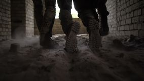 Militairen die gewonde strijder van slagveld slepen stock footage