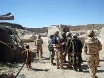 Militairen die locals interogating Royalty-vrije Stock Foto's