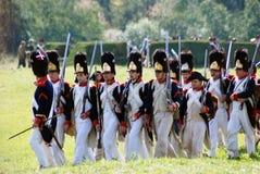 Militairen die met kanonnen marcheren. Stock Afbeeldingen