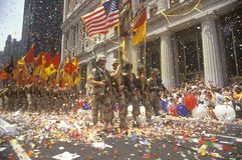 Militairen die met Vlaggen marcheren Royalty-vrije Stock Fotografie