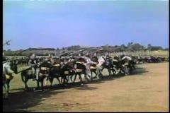 Militairen die op middeleeuws slagveld vooruitgaan stock videobeelden