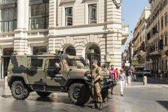 Militairen die straten in Rome bewaken Stock Fotografie