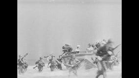 Militairen die van boot springen en naar kust lopen stock videobeelden