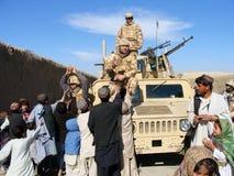 Militairen die voedsel in Afghanistan delen Royalty-vrije Stock Afbeelding