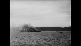 Militairen die wapens van slagschip, Wereldoorlog II in brand steken stock video