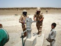 Militairen die water nemen Stock Afbeelding