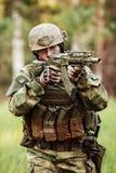 Militairen in een hinderlaag die de vijand beogen Stock Foto's
