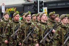 Militairen in een parade voor St. Patrick Dag Royalty-vrije Stock Afbeeldingen