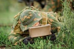Militairen geplaatst mijn in het gras Stock Afbeeldingen
