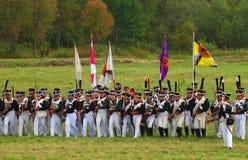 Militairen in historische kostuumsaanval Stock Foto
