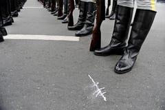 Militairen in lijnvorming Stock Fotografie