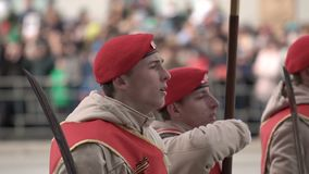 Militairen maart op de parade op 9 Mei close-up in een langzaam motieschot stock footage
