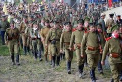 Militairen maart op het slaggebied Stock Fotografie