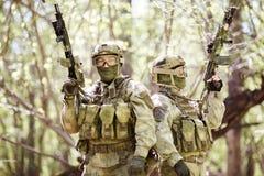 Militairen met geweren op verkenning Royalty-vrije Stock Afbeeldingen