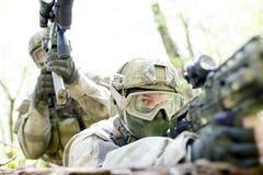 Militairen met kanon in bos Royalty-vrije Stock Afbeeldingen